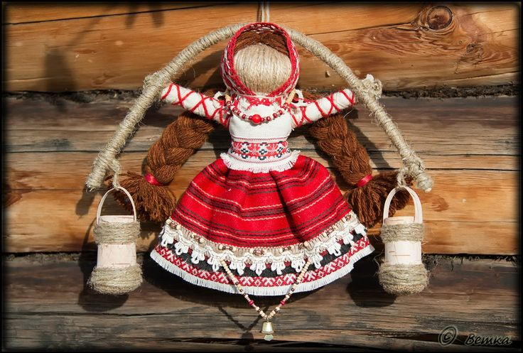 Кукла «БогАтушка» - для богатства, прибыли, достатка, безбедн.существования. Это кукла с коромыслом и вёдрами. При изготовлении этой куклы проговариваются пожелания на богатство и прибыль. Внутрь вёдер прячутся монетки