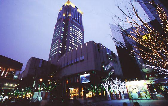 大阪・梅田駅近く。飲食・アミューズメントなどの店舗が多く並ぶ茶屋町界隈。夜景も美しい。茶屋町のおすすめスポット