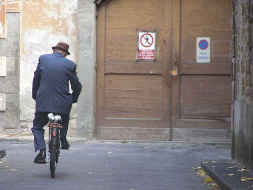 Un uomo con bicicletta