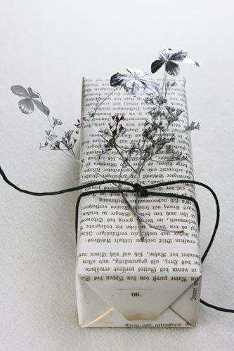 Kein schönes Geschenkpapier zuhause? Alte Bücher oder Zeitungspapier müssen nicht nach Notlösung aussehen. Sondern chic! So wie hier.