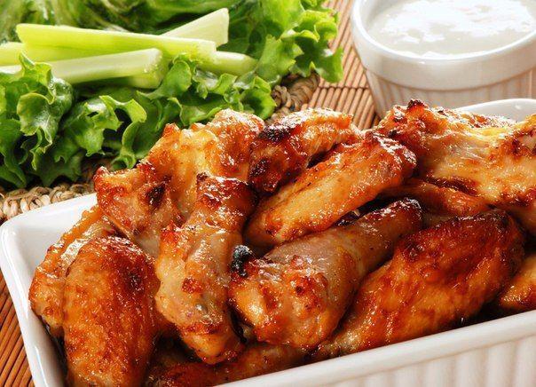 5 вкусных маринадов для курицы 🍗    1) Курица в медово-горчичном соусе    1. Курицу (или индейку) отбить, посолить, поперчить.  2. Смешать 3 ст. л. меда и 4 ст. ложки дижонской горчицы (в зернах).  3. Курицу хорошенько обмазать этим маринадом и оставить на 40 минут при комнатной температуре.  4. После мясо можно обжарить на сковороде или гриле. Горчичные семена лучше снять, иначе они подгорят и могут горчить.    2) Курица с апельсиновым соусом    1. В миске смешать 1 ст. л. растительного…