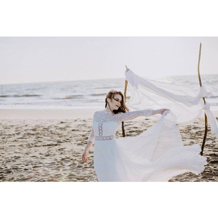 Our Luna dress featured in this lovely shooting captured by the talented @karinameri_ #divineatelier #divineatelierbridal #weddingdress #bohobride #bohemian #bridalshooting #bohoshooting