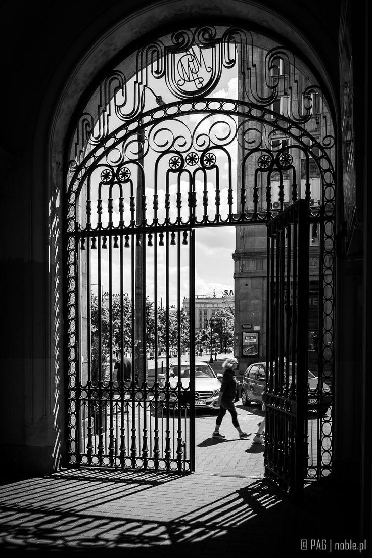 Warszawa - brama na Koszykowej przy placu Konstytucji