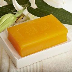 Cómo hacer jabón de azufre. El jabón de azufre es un producto muy beneficioso para todas aquellas personas que sufren un exceso de grasa en la piel o problemas de acné. Gracias a sus propiedades depurativas, el azufre favorece l...