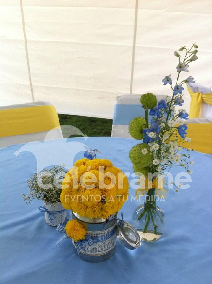Centros de mesa country para bautizo azul con amarillo, latas, lecheras y frascos / Country centerpieces, blue and yellow baptism. mwww.celebrame.com.mx