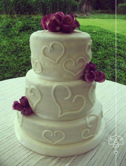 Los corazones no pasan de moda, ponqué para matrimonio de 3 pisos a doble altura con flores naturales corazon heart cuore