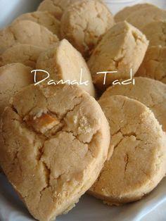 Dün gece daha önce hazırladığım Kavala kurabiyelerini pişirdim..P.Şekersiz bizim hoşumuza gittiğinden böyle ikram etmeyi uygun buldum..Misaf...
