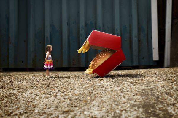 Immaginate un mondo al contrario, in cui le dimensioni degli oggetti superano quelle degli uomini: dunque i giocattoli sono più grandi dei bambini, i panini del McDonald's più grandi di chi li mangia, poveri coniglietti indifesi improvvisamente più grandi dei cacciatori e i palloncini colorati che vendono ai lati delle strade più grandi di un palazzo o di un edificio. Questo mondo rovesciato, un po' stile Alice nel paese delle meraviglie, esiste nelle fotografie di Franck Allais...