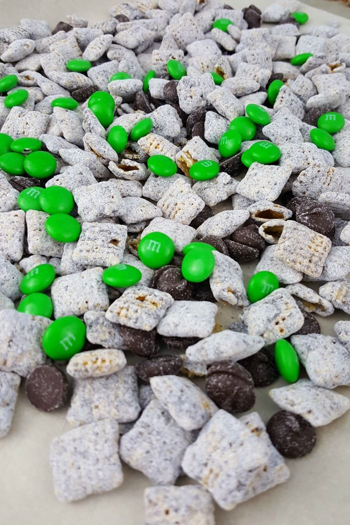 Looking for an easy recipe for St. Patrick's Day? You've found it! With Chex mix, chocolate chips, green M&M's and a few other ingredients, you can create this delicious St. Patrick's Day Muddy Buddy recipes. Kids can make it, too. It's so simple!