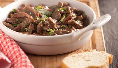 Coxão mole em tiras servido com molho feito com manjericão, tomilho, sálvia e cebolinha, temperado com Caldo Líquido MAGGI Carne