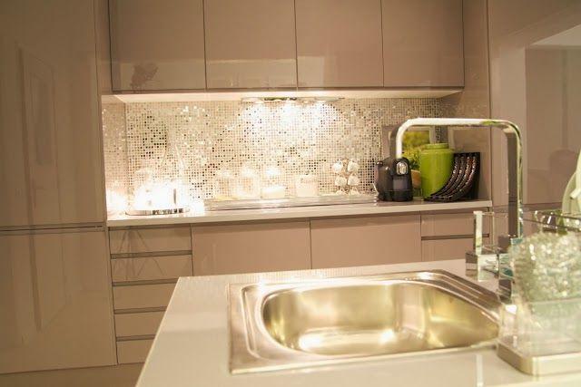 our very first apartment: Ściana nad blatem w kuchni - wykończenie