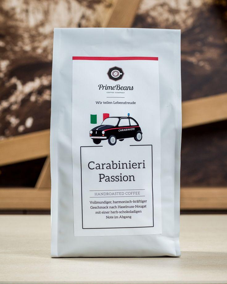 Für alle Schandtaten bereit - Auch Hüter des Gesetzes brauchen einmal eine kurze Pause. Und diese genehmigen sich die Carabinieri, wie sollte es im Land des Espressos auch anders sein, bei einem dieser kleinen Kaffees. Sie nutzen ihre Auszeit um neue Kraft zu sammeln und sich über den aktuellen Klatsch und Tratsch der Gemeinde auszutauschen. Denn nirgends erfährt man mehr, als in einem der kleinen Cafés bei einem hervorragenden Espresso.