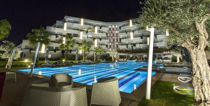 Q SPA Resort - Q Spa Resort; Unutulmaz bir tatil arzulayan misafirleri için, tüm detayların incelikle düşünüldüğü özgün mimarisi, Akdeniz'in eşsiz mavisini barındıran berrak denizi ve mavi bayraklı altın kum plajı, Side'ye özgü eşsiz tarihi yapısı ve doğasıyla mükemmel …