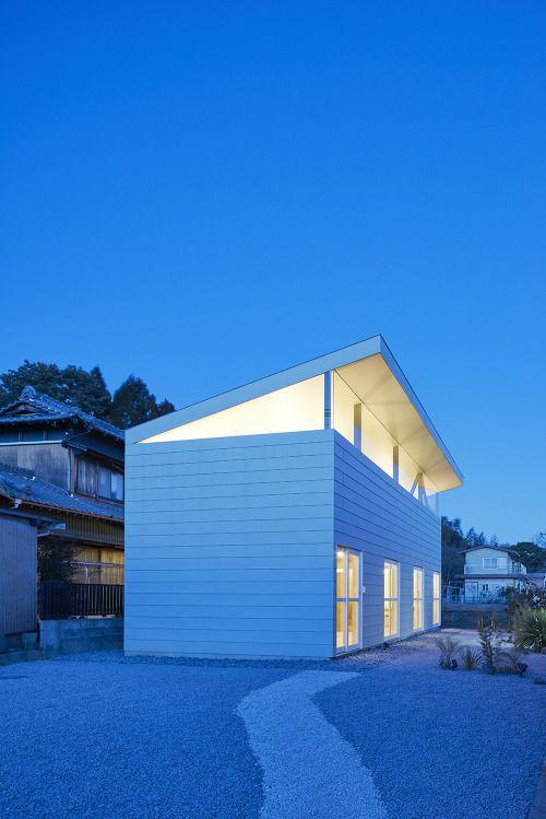 Het dak gaat eraf bij dit huis in het Japanse Yokkaichi. Ontwerp van Shuji Fujita & Yuki Shinbo.  Photos  Daici Ano.