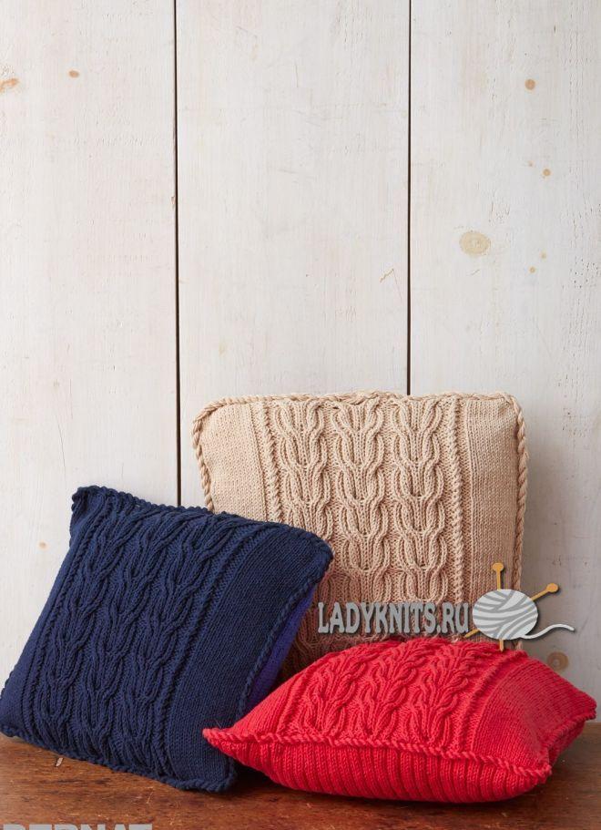 Вязаные спицами подушки с косами от Bernat.