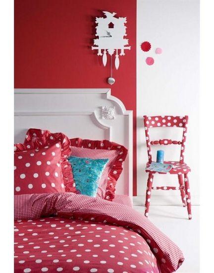 red wall - dotted chair - kidsroom - Dotty Spotty dekbedovertrek - kinderkamer - rode muur/wand - klok - stoel met stippen