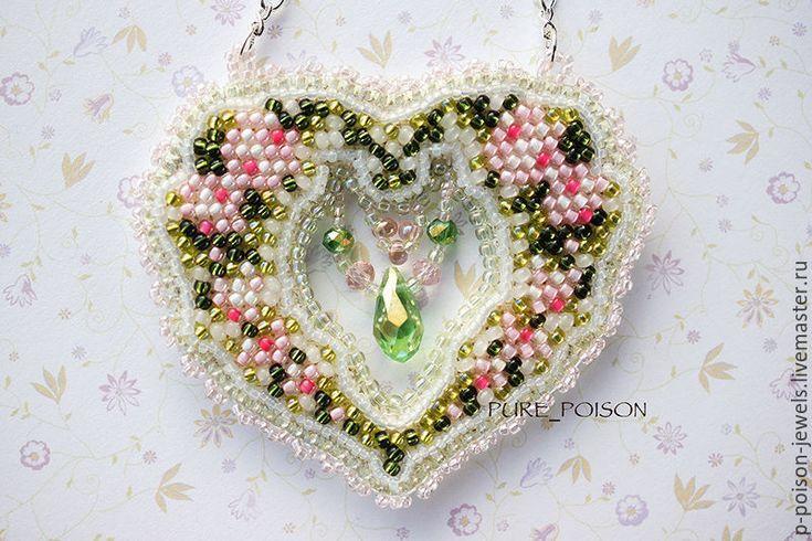 """Купить Кулон в форме сердца """"Романтика"""" - комбинированный, романтика нежность, цветы розы, Вышивка бисером"""