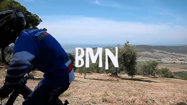 """uno screenshot del mini film """"BMN"""" con Daniele Simonetti e la sua bici da downhill nelle campagne di Magione"""
