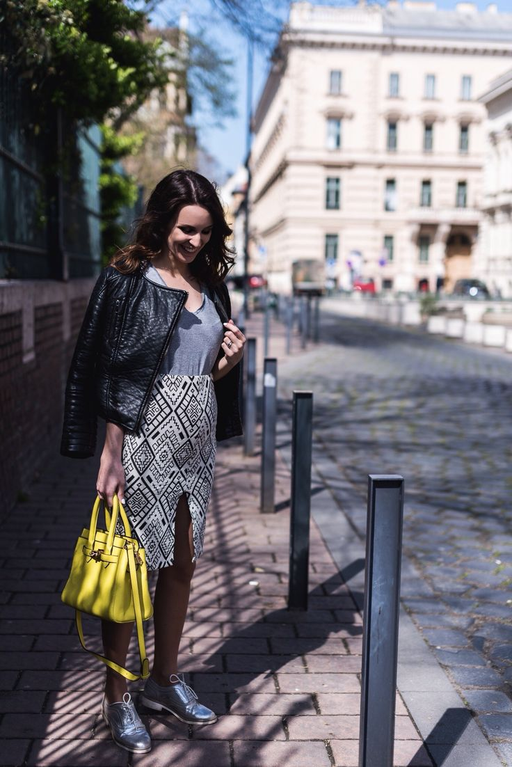 pregnancy outfit, week 20, skirt and leather jacket, colorful bag, fashion blogger