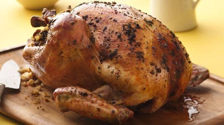 El caldo de pollo Progresso® le da un sabor muy especial a este pavo a las hierbas relleno pan de elote (maíz) y carne de res--combinación perfecta para la cena del Día de Acción de Gracias.