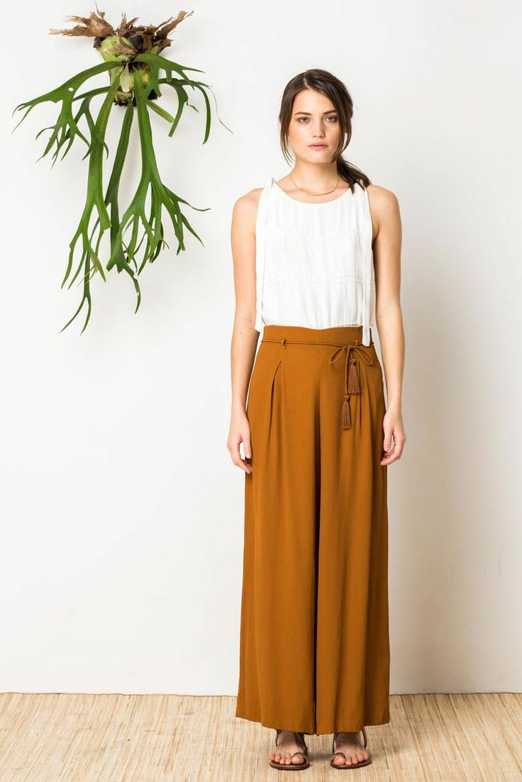 Sophisticated wide leg pant with high waist, shoes string tassle waist tie, front & back pleats and center back zip. In printed and solid luxe fujiette crepe.