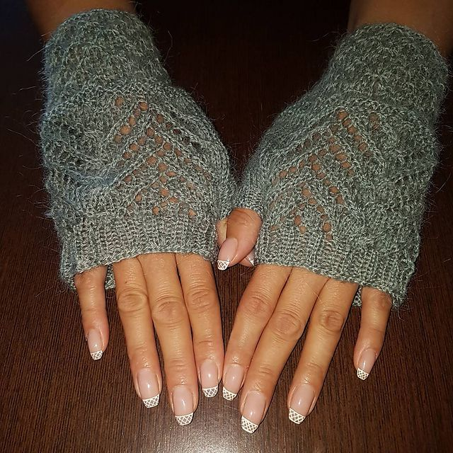 Many thanks neringosiux for sharing the beautiful picture with us!  Welcome to participate in HiyaHiya Christmas Tree Fingerless Mitts - Free & Fun KAL_ Jul/Aug2017_A at http://www.ravelry.com/discuss/hiyahiya-patterns-kal/3643796/1-25  Hiya Hiya Christmas Tree Mitts  Start date of Clue #1: 2017-07-12  Completion date of Clue #1: 2017-07-12  Total Completion: 2017-07-27  http://www.ravelry.com/projects/neringosiux/christmas-tree-fingerless-mitts --- neringosiux (Ravelry Name) said.