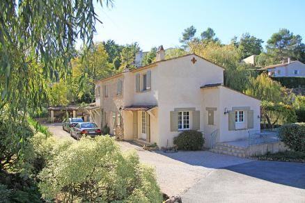 """Villa """"Levres"""" (Saint-Paul-en-Forêt) - Vrijstaande Provençaalse villa met gastenverblijf en privé zwembad. De villa ligt in een zeer ruime parkachtige tuin op loopafstand van het dorp. Het gastenverblijf biedt 2 slaapkamers met en-suite luxe badkamers. Het gastenverblijf en het ruime vrijwel vlakke terrein maakt de villa zeer geschikt voor een verblijf van 2 gezinnen met kinderen. De villa is geschikt voor 6-10 personen."""