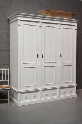 Prachtige roomwitte linnenkast. De kast heeft veel bergruimte en is voorzien van sierlijk houtsnijwerk. De kast bestaat uit twee delen (bovenkast met deuren en onderkast met lades).  Ook volledigdemontabel te bestellen, de kast is dan €1995,-. MAATWERKDit meubel is handgemaakt en -geschilderd. De kast kan in vrijwel elke gewenste maat, indeling en RAL-kleur worden nabesteld. Benieuwd naar de mogelijkheden? Kom eens langs, of neem contact met ons op. Wij maken vrijblijvend ...