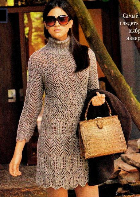 Женское меланжевое платье, вязаное спицами.