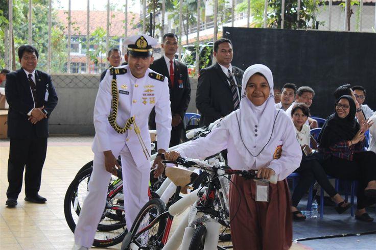 Presiden Jokowi Pergi ke Bandung Bagikan Sepeda Untuk Anak-anak Yang Berprestasi.
