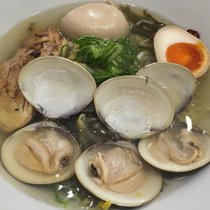 先日は男2人でパンストを発注しに行った後西中島南方らーめんKINGを初訪問注文はデフォの魚介塩らーめん(900円)はまぐりとムール貝を選べるが今回ははまぐりを選択セットで頼んだ台湾めしと共にほどなくして着丼まずはスープから . うっうまい . 魚介系と柚子の風味が香るスープは想像以上に奥深くコクがあって美味透明感とは裏腹にしっかりとした味付けの魚介系スープである麺はウェーブのかかった中細麺スープとの絡みが良くプリッとした食感がたまらない . 柔らかな鶏チャーシューをはじめ味玉や台湾めしのクォリティも高め のたログ3.65です . 激選区の中で凌ぎを削るだけある1店さすがですまた来ます  #南方 #西中島南方 #らーめんKING #大阪 #ラーメン #らーめん #ramen #拉麺 #拉麵 #老麺 #ラーメンインスタグラマー #ラーメン部 #ラーメン倶楽部 #ラー写 #麺 #麺スタグラム #japanesefood #instafood #noodles #foodpics #foodstagram #instagood #라면 #라면집 #일본라면 #ราเมน #飯テロ…