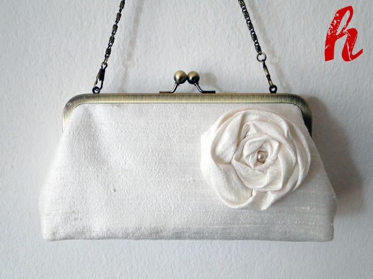 Eine elegante Brauttasche mit Innentasche, die je nach Vorliebe als Clutch, Hand -oder Umhängetasche getragen werden kann.  Die Ösen für die Kett...