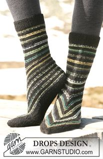 """DROPS 114-22 - DROPS slippers with stripes in """"Fabel"""". - Free pattern by DROPS Design"""
