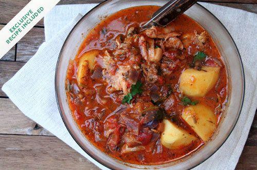 Рагу из курицы  Рагу из курицы готовим сегодня по-маврикийски. Daube de Poulet - традиционное маврикийское блюдо с луком, чесноком, имбирем и специями в томатном соусе, приправленном чили.   Родина этого блюда - Франция, где оно готовится в классической форме Daube de Provence.  Это - рагу с говядиной, которую тушат в вине с овощами.  Французские поселенцы принесли это блюдо на Маврикий;  со временем рецепт был адаптирован. Его готовят маврикийцы с курицей.
