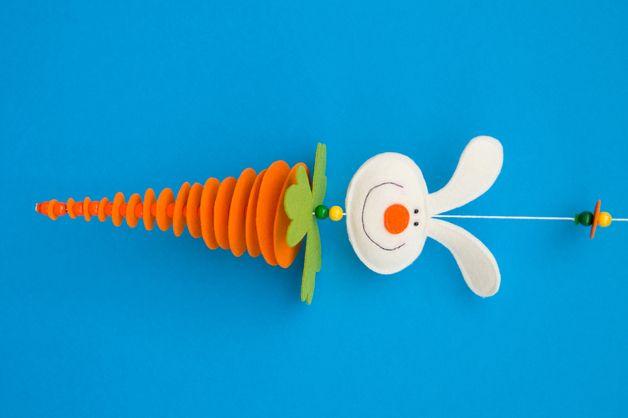 leuke paas mobiel gemaakt van rondjes oranje karton, van groot naar klein. Tussen elk rondje aan het draadje even een kraaltje doen, om afstand te bewaren.