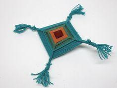 """Una forma primitiva del tejido de estrella, que se parece al """"atrapasueños"""", el Ojo de Dios (Tzicuri) se teje hoy en día por los indios huicholes en México. La idea es usar colores brillantes para que sirvan como un ojo protector (e..."""