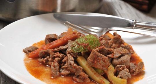 Guisado de carne de res - Una sencilla receta de guisado de res con un toque de chile de árbol para variar el sabor de la cocina diaria.