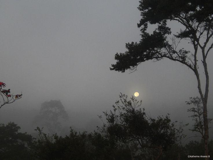 La superluna desde la vereda de Corinto, en Santander. La luna tras la neblina.