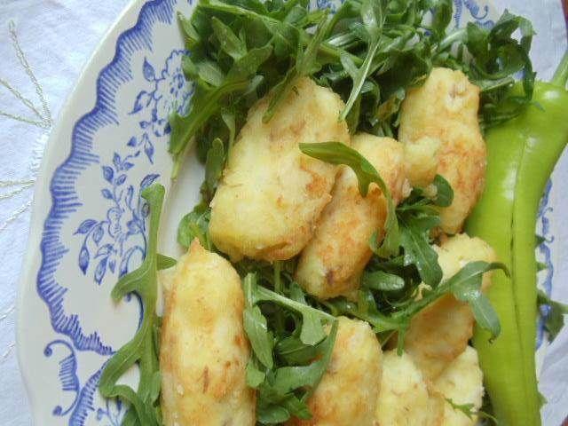 Balık Köftesi  -  Nesrin  Kismar #yemekmutfak.com Balık köftesini ilk defa denedim ve tadını çok sevdim. Balığı haşlanmak çok kısa sürdüğü için eğer hazırda haşlanmış patates varsa mutlaka denemelisiniz. Yanına bol salatayla nefis ve doyurucu bir yemek oldu. Balığın haşlama suyunu da o günkü çorbanızda değerlendirebilirsiniz.