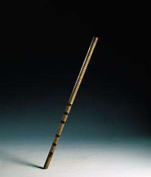 FURULYA Esta flauta se encuentra en diversas regiones, tanto de Hungría como de Rumanía (fluierul). Se trata de una flauta de bisel, habitualmente forrada de un metal maleable, en este caso latón. Suele medir unos 60 centímetros de largo y lleva seis agujeros frontales.   Son numerosas las flautas procedentes de los países del este de Europa, pero la furulya presenta una técnica de interpretación particular. El músico obtiene sonidos polifónicos introduciéndose la flauta en la cavidad bucal…