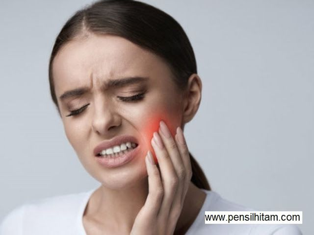 Sakit Gigi Berlubang Juga Bisa Menyebabkan Gusi Dan Pipi Membengkak Bahkan Menimbulkan Demam Nah Untuk Meredakan Sakit Gigi Beriku Di 2020 Gigi Penyakit Obat Kumur
