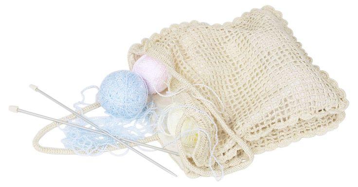 Cómo tejer una bolsa al crochet paso a paso. Las bolsas de croché son un proyecto intermedio. Se pueden hacer de hilo de casi cualquier peso. El hilo fino es bueno para hacer bolsas pequeñas; los pesados son buenos para bolsas grandes. Puedes hacer una bolsa con cordones y fruncida con una simple cadena en cualquier tamaño. Las puedes usar para almacenar, para ir al mercado, para guardar ...