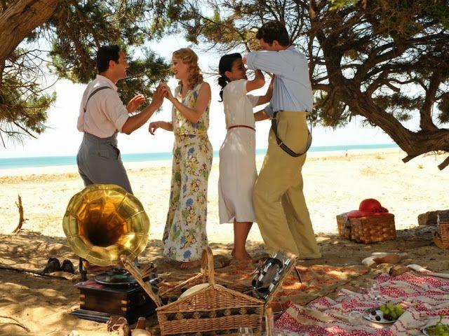 Rosalinda Fox pantalón y blusa estampados en la playa. El tiempo entre costuras. Capítulo 5 vía http://www.antena3.com/series/el-tiempo-entre-costuras/