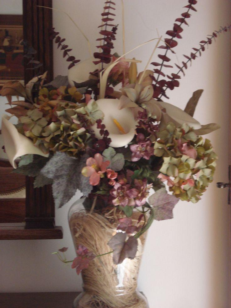 Hortensias,calas y ramas de eucaliptos en tela y pasta.