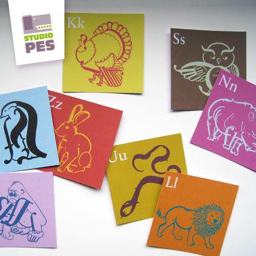 Typografické+PEXESO+-+abeceda+zvířátek+Autorské+typografické+pexeso+jistě+zabaví+děti+i+dospělé.+Děti+si+procvičí+abecedu+a+dospělí+mohou+studovat,+jak+jsou+zvířátka+seskládána+z+písmenek.++Kartonová+krabička+obsahuje+52+kartiček+o+rozměru+5,5+x+5,5+cm.+Oboustranný+tisk+na+křídovém,+matném+papíře+o+gramáži+250+g/m.++Pozn.:+Etiketa+je+jen+z+horní+strany+...