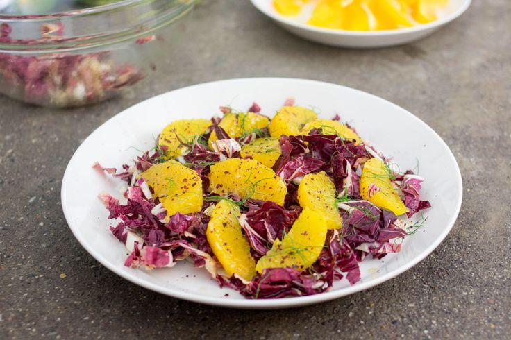 Questa insalata di radicchio e arance ha un'ispirazione mediorientale (una delle nostre ultime passioni) e utilizza una spezia chiamata sumak.