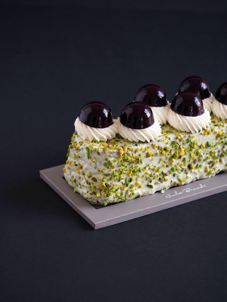 Avec son manteau de pistaches hachée, il ressemble à un petit jardin qui viendrait fleurir votre table et votre après-midi. Découvrez le Cake Bronté Amarena.  #NicolasBernardé #PâtisserieDuSamedi #PDS #dessert #cake #gourmand #gourmet #teatime #Frenchpastry #cakissime #pistache #pistachio #cerise #cherry #griotte #amarena #pistachedebronté #PistachioVerdeDiBronte #gâteau #LaGarenne #Colombes #LaDefense #Neuilly #Courbevoie #Levallois #Instafood #goûter