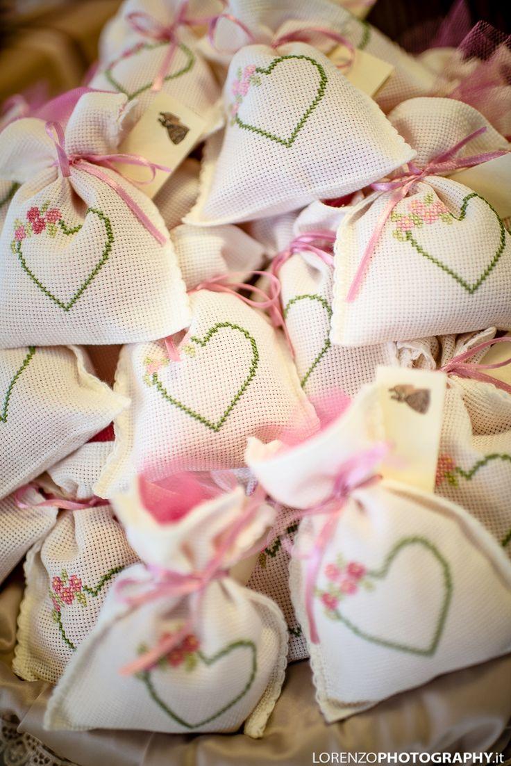 Bomboniere di matrimonio a cuore con fiori - punto croce - cross Stitch - Kreuzstich - Punto de Cruz
