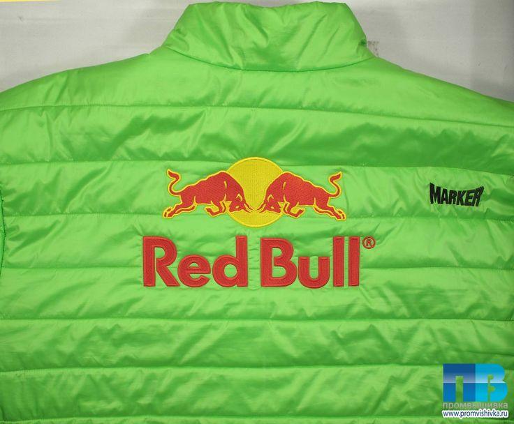 Современная вышивка на одежде логотипа Red Bull
