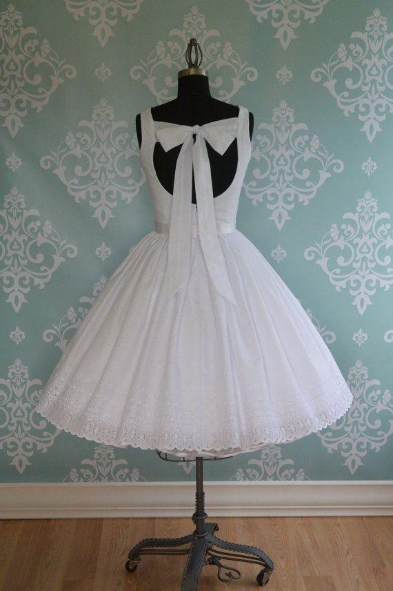 Sweet Summertime ist ein weißes Vintage-inspirierte Brautkleid aus Ihrer Wahl von Baumwolle Öse Muster hergestellt. Das Oberteil hat Taille und Brust Dart und hat einen breiten Ausschnitt von Sabrina. Die Rückseite ist sehr offen mit einem Bogen-Verschluss.  Dieses Kleid hat einen gerafften Rock, ein Reißverschluss-zurück und ist voll ausgekleidet. Die Rock hat eine doppelte Futter. Unterrock nicht enthalten.  UNTERROCK: Dieses Kleid kann mit oder ohne Petticoat getragen werden. Petticoat…